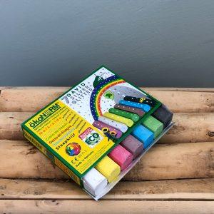 Gifvrij stoepkrijt / schoolbordenkrijt. Glitter krijt om mee op de stoep, schoolbord, karton, papier en textiel te tekenen. Onschadelijk voor de gezondheid van kleine kinderen.